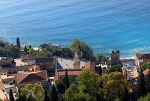 Taormina / Città turistica internazionale, famosa per il Taormina film Fest e per l'anfiteatro romano dove si svolgeva. Diviene luogo di culto per filosofi, scrittori, scienziati, artisti, politici, nobili e amanti della Sicilia.