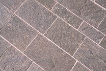 Piastrelle porfido / Le piastrelle a superficie naturale sono adatte sia all'utilizzo nelle pavimentazioni pubbliche di piazze, strade e marciapiedi che in quelle private di edifici e giardini. Inoltre, possono essere impiegate come rivestimento di pareti interne ed esterne. Con superficie lavorata trovano invece applicazione in contesti residenziali e commerciali di alta qualità.