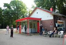 De Portiersloge / De Portiersloge is in de jaren zestig gebouwd toen de Luchtmacht Kader School (LKS) op Kamp Koningsweg Noord  (KKN) gevestigd was. Het gebouw van 100 m² herbergt ruimtes met verschillende karakters, van white cube tot cel.
