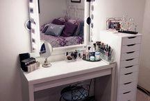 Toaletki Dressingtable / Inspiracje z internetu na stworzenie lub wystrój własnej toaletki. #lustro #toaletka #biurko #szuflady #kosmetyki #perfumy #światełka #bedroom #pokój