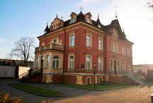 Myszków - Pałac / Pałac Fabrykanta w Myszkowie z 1895 r. wybudowany dla rodziny Schmelzerów. W 1883 r. August i Karol Schmelzer zbudowali w Myszkowie przędzalnię wigonii oraz farbiarnię, przekształacone w 1897 r. w Towarzystwo Akcyjne Bawełnianej Manufaktury  August Schmelzer. Obecnie w pałacu organizuje się bankiety, wesela, przyjęcia rodzinne i biznesowe, spotkania towarzyskie.