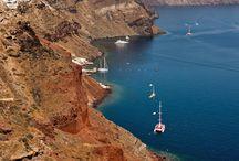 Santorini / Santorini zachwyca przede wszystkim kontrastem białej zabudowy umieszczonej na wulkanicznych zboczach. Kontrastem czarnej ziemi, białych domków i błękitnych wód morza, które tworzą wręcz bajkowy klimat.