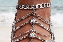 accesorios como cadenas pulseras aretes entre otros