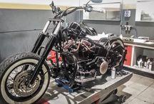 Bobber Old School Project / Partimos de la base de una Harley-Davidson Softail Deluxe para crear un Bobber Old School, simple y minimalista, todo ello con un presupuesto lo más ajustado posible, por lo que se aprovechan muchas partes originales de la moto.