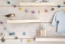 Slingers van viltballetjes / Super leuk deze decoratie slingers voor in de baby- of kinderkamer! Hiermee geef je het kamertje een unieke uitstraling! De slinger is per meter te bestellen en bevat 14 viltballetjes per meter. De viltballetjes hebben een doorsnede van 2 – 2,5 cm en zijn met de hand gedraaid in Nepal. Ze zijn gemaakt van 100% schapenwol.