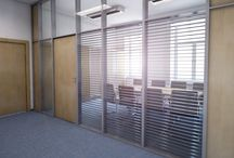 Návrh interiéru zasedací místnosti / Vhodným řešením nové zasedací místnosti může být rozdělení nevyhovujících prostor skleněnou příčkou