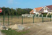 Panelový plot v Čiernej Vode - Referencia / Spoločenstvo susedov, ktorí si postavili nové domy v Čiernej Vode sa dohodli a objednali si u nás dodanie panelového plotu, spoločne aj s montážou. Plot Nylofor je optimálny pre rodinné domy. Myslíme si, že si vybrali správne.
