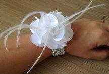 Corsage para Noiva / Corsage decorado com plumas, cristais e pulseira de strass