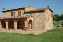 """vakantiehuizen Toscane / Toscane is een prachtige groene streek met veel geschiedenis, kunst en cultuur die u op een vakantieboerderij van dichtbij kunt proeven. Met een uitstekend glas lokale Chianti wijn kunt u tussen de fascinerende burchten en de natuur heerlijk tot rust komen in Toscane. Toscane stimuleert het """"agriturismo"""", waarbij bezoekers verblijven op boerderijen bij Italiaanse families. Aan de kust kunt u heerlijk genieten van de zon en de stranden, een verfrissende duik nemen in de helderblauwe zee en meer.. / by Fi Vakantiehuizen"""