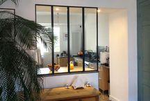 Verrière d'intérieur / Le verre est une véritable tendance décorative ! Bénéficiez d'un espace lumineux et aéré grâce à une verrière d'intérieur. Sur www.monvitrage.fr, vous trouverez tout le nécessaire et nous vous aiderons dans votre démarche. #glasswall #glass #wall #design #artist