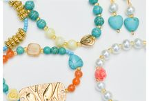 Pulseras - Bracelets / Añade un toque de color a tu vida con estas espectaculares pulseras y manillas de moda todos los días. Compra estos hermosos sets que puedes lucir juntas o separadas. Aquí encontrarás pulseras con baño de oro, tejidas en macramé con hilos, muranos, perlas de aguas naturales, pepas en cristal checo.