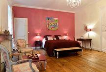 La Bordelaise / La chambre d'hôtes La Bordelaise «Notre région d'adoption…»  La plus spacieuse (40 m2), pouvant accueillir 2 ou 3 personnes, orientée plein Sud avec vue sur parc. Tout en charme et élégance, avec son armoire Bordelaise d'époque XVIIIème en acajou, son petit bureau de style Louis XV, et sa décoration raffinée en Toile de Jouy dans les tons blanc et rose…  - Grand lit de 180 cm - Petit lit à rouleaux de 90 cm. - Salle de bains, double vasque, douche à l'italienne, baignoire îlot