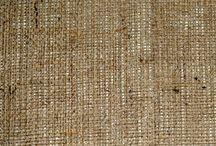 Arpillera / 100% YUTE.-ANCHO 1.00 M Tela rugosa, rústica, sin brillo, gruesa y robusta.  USOS  Ideal para disfraces, almohadones, cortineria rústica, estilo country, bolsas y bolsos, carteras, souvenires, artesanias, individuales, manualidades y mantas para caballos.