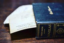 中間色・無彩色のインテリア本 / ホワイト・ブラック・グレーなど、背表紙が無彩色の本をまとめたインテリア用のデコラティブブック。