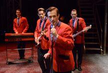 Musical: Jersey Boys / Ontdek het verhaal achter Frankie Valli and The Four Seasons: de opkomst, het succes en de keerzijde daarvan in de met 54 internationale awards bekroonde Broadwaysensatie Jersey Boys. Geniet van 30 hitclassics die iedereen kent zoals 'Beggin', 'December 1963 (Oh, What a Night)', 'Sherry' en 'Big Girls Don't Cry' in de originele Engelse versie. Een ontroerend levensverhaal, swingende hitclassics en een absolute topcast, Jersey Boys heeft het allemaal. Kijk voor info op www.musicals.nl/jerseyboys