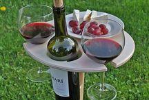 Weingläser und Flaschenhalter