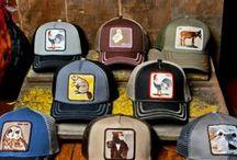 Goorin Bros / A Goorin fivérek 1895 óta a kalapkészítés nagymesterei, azóta pedig a Goorin Bros márkanév alatt egyedi, sikkes és divatos kézműves fejfedőket készítenek szezonról szezonra. A moderntől a klasszikusig, minden szín, fazon és anyag megtalálható kollekcióikban. Ha szeretnél stílusos eleganciát csempészni a megjelenésedbe, válaszd a Goorin kalapjait, ha pedig az egyszerű, praktikus darabok híve vagy, válogass a sapkák közül!
