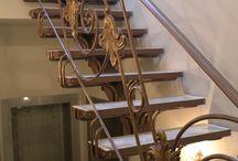 Лестница в дом. Частный дом. / По нашим эскизам и чертежам была изготовлена лестница в доме. Перила с элементами литья и металлический несущий каркас, в который в последствии были вложены ступени из оникса. Цвет изделий такой же, как и на уличной ковке - старая медь с добавлением золотой патины.