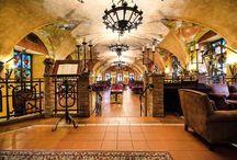Restaurace Stará zbrojnice - Hotel Kampa / Dnes patří Rytířský sál díky bohaté výzdobě historickými zbraněmi a dekoracemi a díky interiéru s klenutými stropy k jedné z nejpřitažlivějších restaurací Prahy.