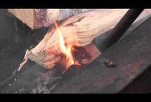 Flamman / Blårör som hjälper dig tända eller hålla liv i elden. Används även för att flytta omkring vedträn och skrapa ut askan. Magnetfoten gör att den går att ställa ifrån sig utan att smutsa ned.