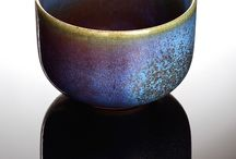 """Künstler Serien Lu-Jun Porzellan / Die Porzellanobjekte """"Lu-Jun"""" des Keramikkünstlers Zi-Hao Zhang 张子豪 sind in Lu-Jun- Technik gefertigt, die im 18. Jahrhundert entwickelt wurde. Sie zeigen die kunstvolle Verbindung zwischen einer blauen Grundglasur und einer türkisfarbenen bis dunkelblau-purpurn schimmernden Glasur."""