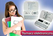 Słowniki electroniczne ECTACO  / Elektroniczny słownik, elektroniczny translator to jedno i to samo urządzenie, pozwalające w sposób szybki i sprawny przetłumaczyć zwroty obcojęzyczne na nasz język i odwrotnie. Oczywiście wciąż najbardziej popularne są translatory polsko-angielskie i angielsko-polskie. W małym sprzęcie producenci postarali się zmieścić miliony słówek, definicji i zwrotów, które mogą być przydatne dla użytkownika. Niemniej jednak, nie zawsze translator przenośny jest dobrym wyborem dla dokonywania tłumaczeń.