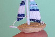 små segelbåtar
