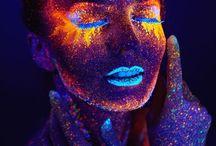 PINTURA FLÚOR / Si cuentas con luz ultravioleta en tu fiesta, la pintura luminosa es la mejor opción para lograr enganchar a los invitados. Productos regulados, muy atractivos y de la más alta calidad.