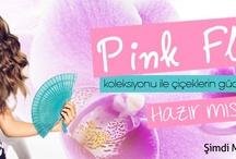 Pink Flowers / Pink Flowers teması ile çiçeklerin gücünü bir kez daha hissediyoruz. Çiçek desenli etek ve bluzları sezonun bir diğer trendi çizgiler ve renkler ile birleştiriyoruz. Fuşya, mavi, oranj'ın hakim olduğu tema şık ve trendy görüntülü bir silüet çizerken, çiçek açan baharı renkli aksesuarla tamamlamayı unutmuyoruz!