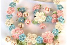 Zart rosa, blau und Beige Blumeohrringe. Die Blüten haben dünne Baumwolle (ich…
