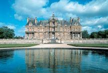 Les Châteaux des Yvelines / Le département des Yvelines regorge de nombreux châteaux. Du Château de Versailles à celui de Maisons Laffitte, ou encore celui de Rambouillet, de Chevreuse avec le Château de la Madeleine, découvrez ces domaines et demeures magnifiques.