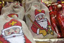 Oostenrijk Nicolo / Krampus / In Oostenrijk heet Sinterklaas: Nicolo of Niklaus. In sommige delen van het land vieren ze het op 5, en in andere plaatsen op 6 december. Hij wordt vergezeld door een engel en een Krampus / Perchten. Deze angstaanjagende figuur lijkt nog het meest op een duivel en draagt een grote stok, bellen, kettingen of een bos takken á roe met zich mee, waarmee hij stoute kinderen dreigt te slaan. Nikolaus zorgt er echter wel voor dat Krampus de kinderen geen kwaad kan doen!