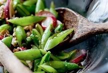 Рецепты блюд с сельдереем / У этого овоща репутация чего-то оздоровительно-ароматного, но в общем противного. Что, как и всякая репутация, не вполне справедливо. Особенно в отрицательной части. Сельдерей готов предоставить в руки повара и стебли, и листья, и корни. Причем даже солировать любой из своих составных частей. Мало какой продукт может похвастаться подобным коэффициентом полезного действия.