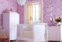 Rom Sett / Høy-kvalitets møbelsett til barneommet. Samordne babysenger, barnesenger, stellebord og garderober til rimelige priser og gratis hjemlevering! Fra eksklusive leverandører Izziwotnot UK, Leipold Tyskland, Kidkraft Nederland og mer.