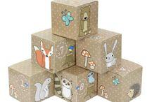 Adventskalender Kisten zum selber befüllen / In diesen DIY Sets, bestehend aus 24 Adventskalender Kisten zum selber befüllen und 24 Zahlen Aufklebern, ist alles enthalten was du zur Gestaltung deines ganz persönlichen Adventskalenders brauchst. Die 24 Kisten werden fertig flachliegend geliefert und müssen nur noch aufgeklappt und mit den beiliegenden Zahlenaufklebern beklebt werden. Anschließend kannst du Sie mit kleinen Süßigkeiten und Geschenken befüllen, um dem Beschenkten die Wartezeit auf das Weihnachtsfest zu verkürzen.