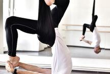 Practica Air Yoga / Posturi specifice, executate in timpul unui curs Air Yoga