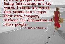 L' introvertie que je suis / Le solitaire ne craint pas la solitude mais n' est pas un être esseulé pour autant .