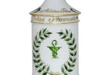 Pot à pharmacie en porcelaine de Limoges / Découvrez les Pots à pharmacie de chez LAURE SELIGNAC, et offrez un cadeau éternel et symbolique pour commémorer un événement d'exception.