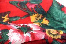 Châle russe en laine / La nouvelle collection de châle foulard traditionnels en laine russe à fleurs, foulard en pure laine de Russie. Des étoles et grandes écharpes à motifs de fleurs russes en 100 % pure laine. Foulards rouge, vert, blanc, crème, écru ou encore bleu ou gris.