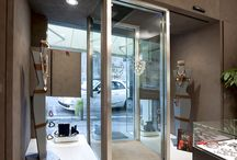 Sistemi apertura doppie porte - Dentro le mura / Dentro Le Mura presents the double automatic glass door adaptable to all types of furnishing. Apart from its great elegance, it is a very safe system thanks to the interlock between the two doors and insertion of the metal detector.