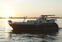 Unsere Flotte - die rote Zora / Mit ihrer außergewöhnlichen Lackierung ist diese Yacht der absolute Hingucker auf dem Revier der Müritz