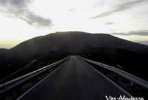 Contraviesa / Ante nosotros, una vista impresionante y desconocida de Sierra Nevada, desde uno de los sitios más antiguos de la Alpujarra: las colinas de Bargís, el valle de Alcázar y el cortijo de Bordomarela, todo ello en la Sierra de la Contraviesa. Un lugar recóndito con recuerdos de época medieval y auténtico balcón al Mediterráneo desde la altura. Un camino muy antiguo que cruza esta región dejando a un lado el mar y a otro el Mulhacén. Frente a nosotros, la sierra de Lújar.