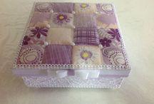 Caixas utilitárias e decorativas / Caixa decorativa feita com folhas de revistas despigmentadas e perolada, com puxador de metal.