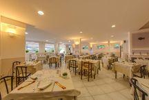 Il ristorante dell'Hotel Delfino - Procchio - Isola d'Elba / Non possiamo essere più sani di quello che mangiamo!  Ogni giorno serviamo per i nostri Ospiti varie specialitá, preparate con cura dal nostro Chef Roby e dal suo staff.  Il nostro ristorante offre ottime qualità culinarie, cucina italiana e specialità gastronomiche regionali con prodotti locali e cucina per celiaci. Questo pacchetto di golosità viene completato da un'ampia scelta di vini della nostra cantina, che conferiranno quel non so che di speciale alla Vostra vacanza all'Isola d'Elba.