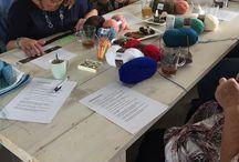 """Workshop haken / Tijdens de vorige """"Haakworkshop jute tas"""" zijn deze tassen gemaakt. Wil je ook een een leuke tas leren maken? Kom dan woensdag 9 augustus naar de """"Haakworkshop jute tas"""". De kosten zijn voor deze haakworkshop zijn € 22,50 dit is inclusief jute tas, haaknaald, 3 bollen stylecraft, koffie, thee met wat lekkers. Aanmelden kan met het contactformulier op www.dehaakboetiek.nl"""