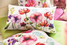 Flower Power in Aquarell / Fröhliche Farbmischungen und verspielte Blumenprints setzen bei Deko, Bettwäsche und Tischaccessoires frühlingshafte Akzente.