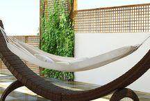 Siesta Modern / Pohodlná hojdacia sieť SIESTA z umelého ratanu Vám umožní dokonalý oddych na záhrade, terase a bazénu.  Má bezpečnú a stabilnú konštrukciu. Nosnosť do 150 kg.    Konštrukcia je zo zváraného hliníka, výplet z kvalitného polyuretanu, sieť je z polyesteru impregnovaného teflónom– je možné prať, bez aviváže.