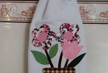 flores en tela, cinta y ganchillo