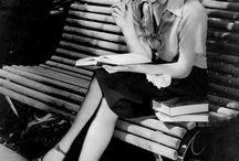 kvinna på bänk