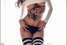 tattoo onder borsten en jukbeen